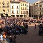 Un miler de motos formant la V a la plaça Major de Vic (Osona)