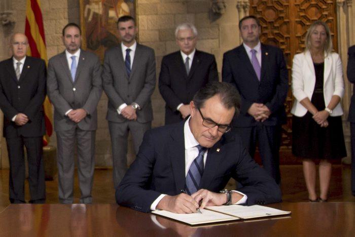 Signatura del decret de la consulta del 9N