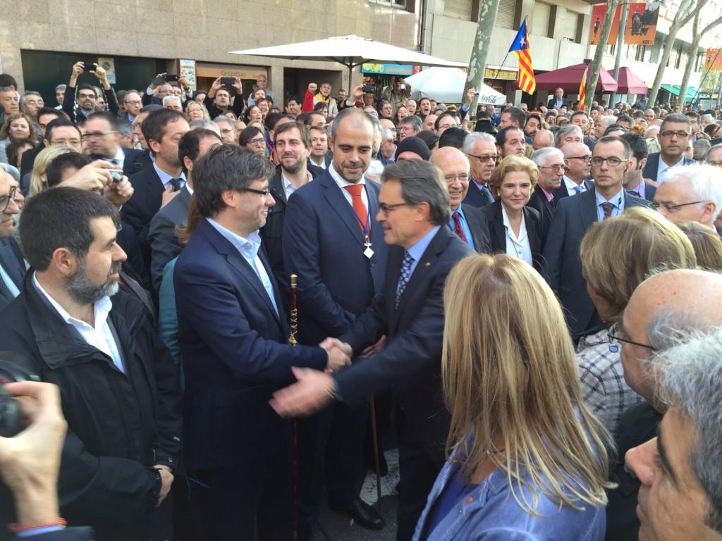 El president Mas saluda Carles Puigdemont, president de l'AMI